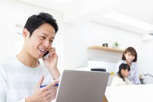 住宅ローンの借り換えを検討する家族