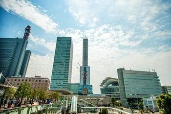 駅の両側を結ぶ区画には、大型商業施設やイベントスタジアム、オフィスビルなどが配置されている。