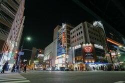 繁華街でもある江坂駅周辺の様子