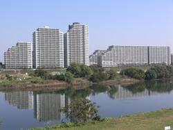 多摩川越しから見た下丸子に立ち並ぶマンション(出典:PIXTA)