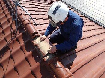 契約者が屋根に登って、自分でチェックするのは難しい。出所:PIXTA