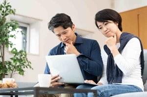 住宅ローンの借り換えに悩む夫婦