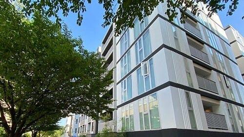 白い外観のマンションイメージ
