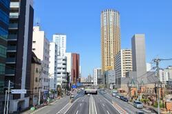 中目黒駅周辺の様子と中目黒アトラスタワー(出典:PIXTA)