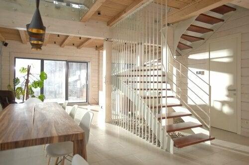 階段の向こう側が透けて見えるスケルトン階段