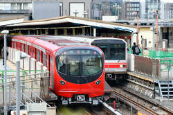 四ツ谷駅に到着した丸ノ内線新型車両2000系