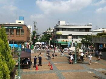 田園調布駅の東側は、下り坂で飲食店なども立ち並んでいる。