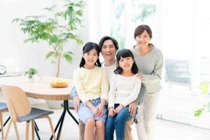 住宅ローンの借り換えを検討している家族