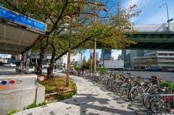 国際センター駅入口(出典:PIXTA)