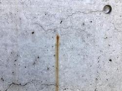 外壁に染み出した錆汁の様子