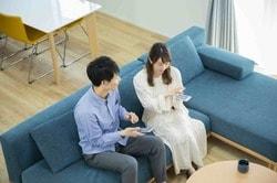 住宅ローンを選ぶ夫婦