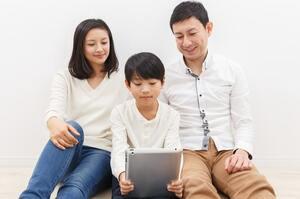 住宅ローン借り換えを検討する家族