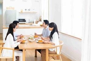 住宅ローン借り換えを検討する4人家族